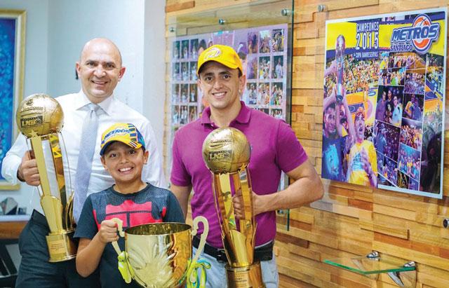 micalo bermudez con sus hijos y trofeos de los metros de santiago